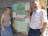 Jetzt anmelden: Mit Hofkater Timi und der TOW zu Schwein und Co. - Bild: Am Schweinestall: Tierschutzombudsfrau Eva Persy und Herbert Veit, Geschäftsführer des Landgut Wien Cobenzl.